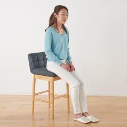 ゴム天然木 北欧風ハイチェア 使用イメージ:(ア)ナチュラル・グレー 女性だと軽く膝が曲がるくらいで腰かけやすい高さです。
