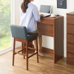 ゴム天然木 北欧風ハイチェア 使用イメージ:(ク)ブラウン・ブルー スタンディングデスクと一緒に使用することもオススメ ※画像のデスクは高さ90cmを使用しています。