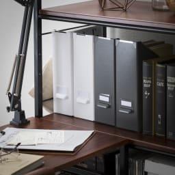 木目調シンプルパソコンデスク幅91cm奥行46cm 同シリーズのラックの棚板高さをデスク天板と揃えれば作業スペースが増やせて便利です。資料がすぐに取り出せて作業のペースアップをサポートします。