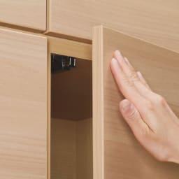 奥行34cm薄型なのに収納すっきり!スマート壁面収納シリーズ 収納庫 段違い棚タイプ 幅120cm 扉は、軽く押すだけで開閉できるプッシュラッチ式を採用。