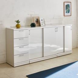 隠しキャスター付き前後段違い光沢本棚 引き戸タイプ 幅88cm コーディネート例(ア)ホワイト