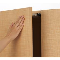 日用品もしまえる頑丈段違い書棚上置き(幅60cm) 扉は取っ手のないプッシュ開閉。