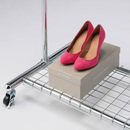 プロ仕様 上下2段頑丈ハンガーラック 幅87cm 下段のスチール棚は耐荷重約20kgあるので、靴や大きめのスーツケースを置くことができます。