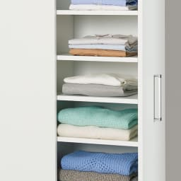 薄型で隠せる収納 衣類収納ロッカー 棚タイプ 棚は背板付きで収納物の落下を防げます。オープン部は組み立て時に左右どちらでも取り付けできます。