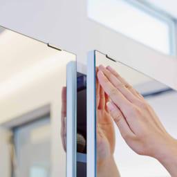 美しく飾れるシューズクローゼット 下駄箱扉タイプ 幅119.5cm高さ180cm 扉の開閉はプッシュ式。取っ手がないのですっきり。