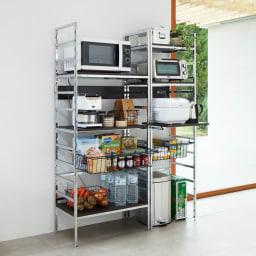スタイリッシュなキッチン家電ラック ハイ 幅55.5cm 高さ182cm コーディネート例(ア)ダークブラウン キッチン家電などをおしゃれに見せて、使いやすく収納できるスタイリッシュなオープンラック。 ※お届けは写真右のハイタイプ幅55.5cm。