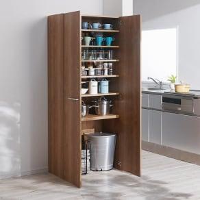 食器からストックまで入るキッチンパントリー収納庫 幅75奥行40cm 写真