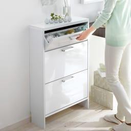 薄型フラップ収納チェスト 幅59cm・奥行19cm 狭い洗面所や壁面収納にぴったりな薄型チェスト。フラップ式だから収納しやすく、取り出しやすいのが便利です。