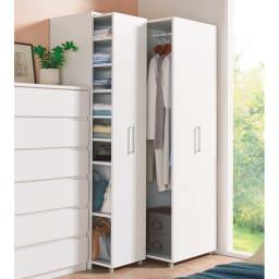薄型で隠せる収納 衣類収納ロッカー ハンガータイプ コーディネート例(イ)ホワイト お届けする商品は奥のハンガータイプとなります。写真は下段バーの位置を変えてロングコートを収納してみました。
