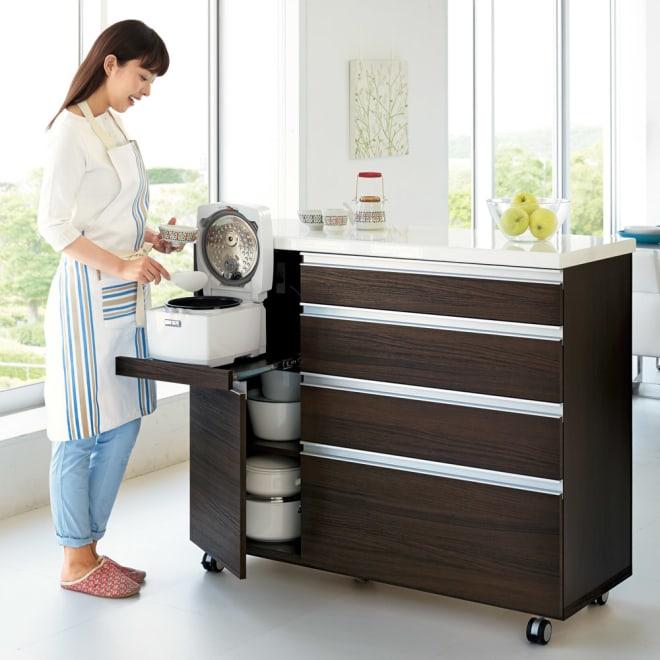 キッチンの間仕切りにも!家電が使いやすい腰高キッチンカウンター 幅120cm [パモウナ WH-120W] コーディネート例(イ)ダークブラウン ※モデル身長:165cm