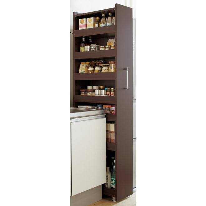 組立不要!52サイズ・3色の156タイプから選べる頑丈すき間ワゴン 幅20奥行55cm 家具調のシックなデザインのダークブラウン。キッチンの雰囲気に合わせてお選びください。※写真は幅25cm奥行55cmタイプです。