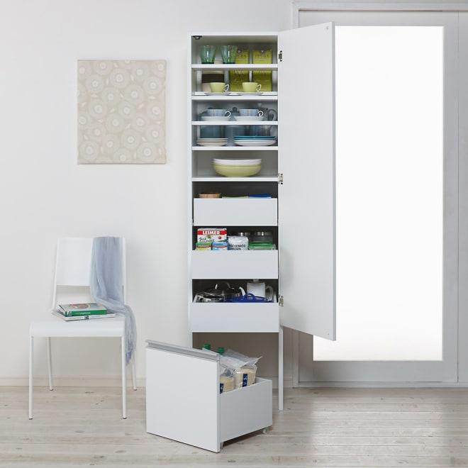 幅と高さが選べるパワフルキッチンストッカー 幅45cmスリムハイタイプ (右開き設定時) キッチン収納をもっと便利にする3通りの機能を持ったストッカーです。