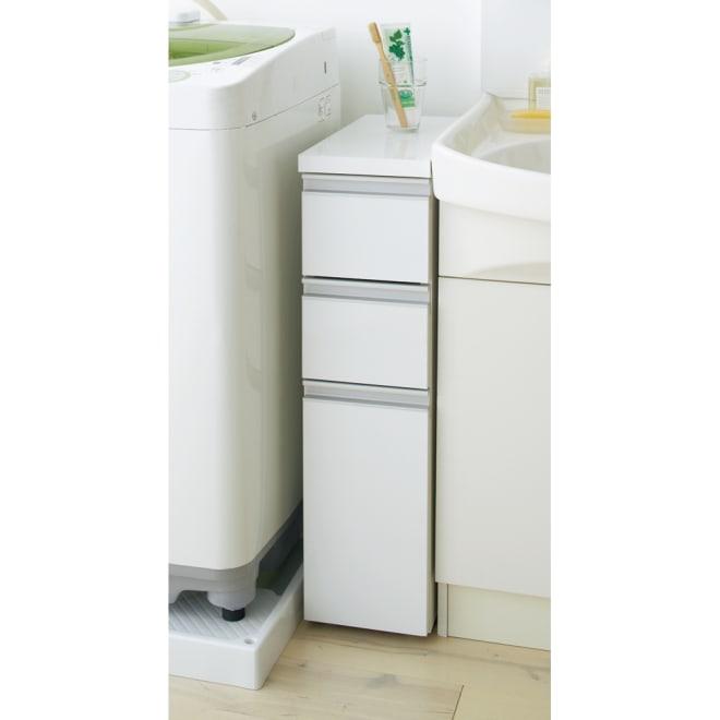 引き出し内部・背面化粧 キャスター付きホワイトチェスト 幅15cm 高さ75cmは洗面台の横にぴったりです。前面は光沢仕上げで清潔感があります。天板も光沢仕上げで、液体をこぼしてもサッと拭き取れます。