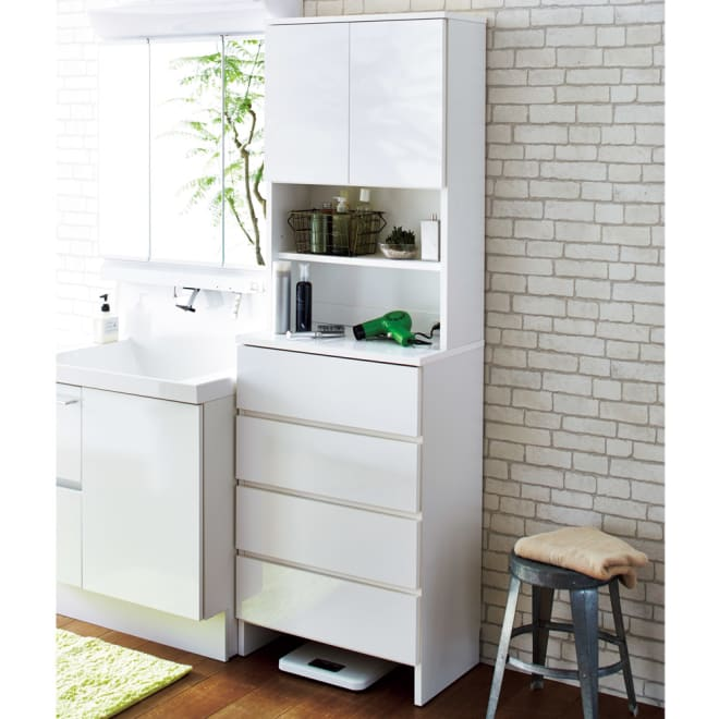 光沢仕上げ 多機能洗面所チェスト 幅60cm 洗面所の収納にぴったりの清潔感のあるサニタリーチェスト。棚と引き出し、コンセント付きで快適なパウダールームに。