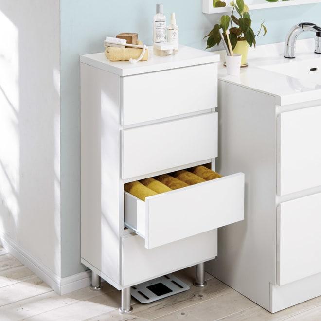 組立不要 お掃除しやすい 湿気も気にならない 多段すき間チェスト 4段・幅44.5奥行29.5cm 幅44.5cmは脱衣所の収納はもちろん、リビング用のチェストやタンスとしてもご利用できる収納力が自慢です。