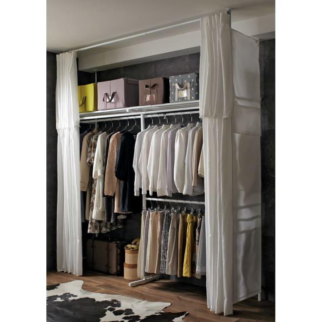 上下・左右カーテン付き ホワイトハンガーラック 引き出しなし・ロータイプ(幅137~230cm) 大量に衣類を掛けられる壁面収納ハンガー。上下左右にカーテン付きで日焼けかホコリから衣類を守ります。