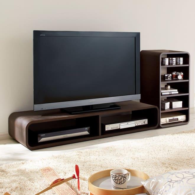 曲面加工のラウンドシェルフシリーズ テレビ台1段2連 幅120cm 高さ21cm脚なしタイプ (使用イメージ)低めのテレビ台として。 ※お届けは(写真左)テレビ台1段2連タイプです。