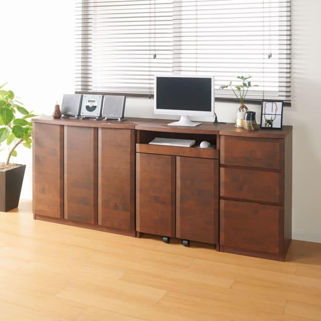 アルダー天然木アールデザイン収納シリーズ 3枚扉収納・幅90cm コーディネート例(イ)ダークブラウン ※お届けは3枚扉収納・幅90cmです。