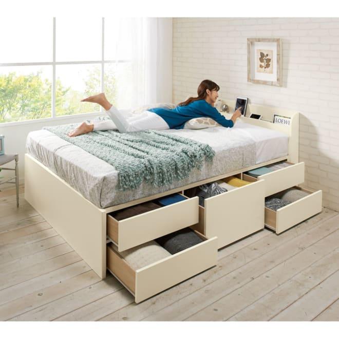 寝そべりながらタブレットが使えるベッド フレームのみ コーディネート例(ア)ホワイト ※写真はダブルサイズです。 ※お届けはフレームのみです。 ※引き出しは左右どちらにも設置できます。