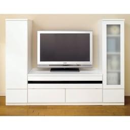 上質な時を奏でる!ラインスタイルシリーズ テレビ台 幅119cm (イ)ホワイト色見本。写真は別売りのキャビネットとの組み合わせ例です。 光沢が美しく、圧迫感を軽減してくれるホワイト。