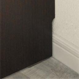 組立不要のリビングブックキャビネット 幅115.5cm奥行25cm高さ80cm 幅木よけで壁に隙間なく設置できます。