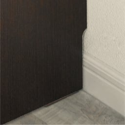 組立不要のリビングブックキャビネット 幅115.5cm奥行35cm高さ100cm 幅木よけで壁に隙間なく設置できます。