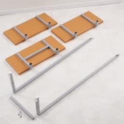 【日本製】棚板を無段階に調整できる突っ張りモダンラック 幅59.5cm・6段 組立手順1, 支柱と棚板が数量通りあるか確認し、棚板に棚受けを取り付けます。