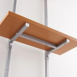 【日本製】棚板を無段階に調整できる突っ張りモダンラック 幅59.5cm・6段 棚板の下には受けのパイプがついているので頑丈な仕様です。※こちらは商品を後ろからみた写真です。