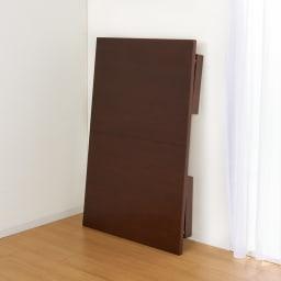 天然木折れ脚伸長式テーブル 幅120cm 脚を折りたためば厚さ約12.5cmになり、コンパクトに収納可能。