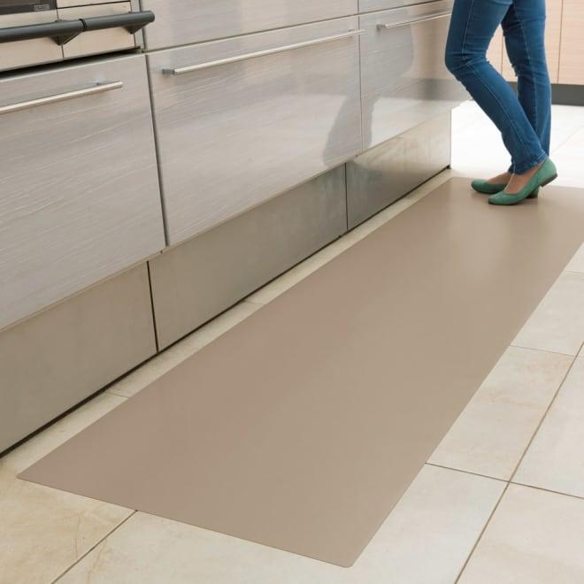 本革調キッチンマット【奥行80cm】 (イ)グレイッシュブラウン 空間になじみやすいグレイッシュブラウン。