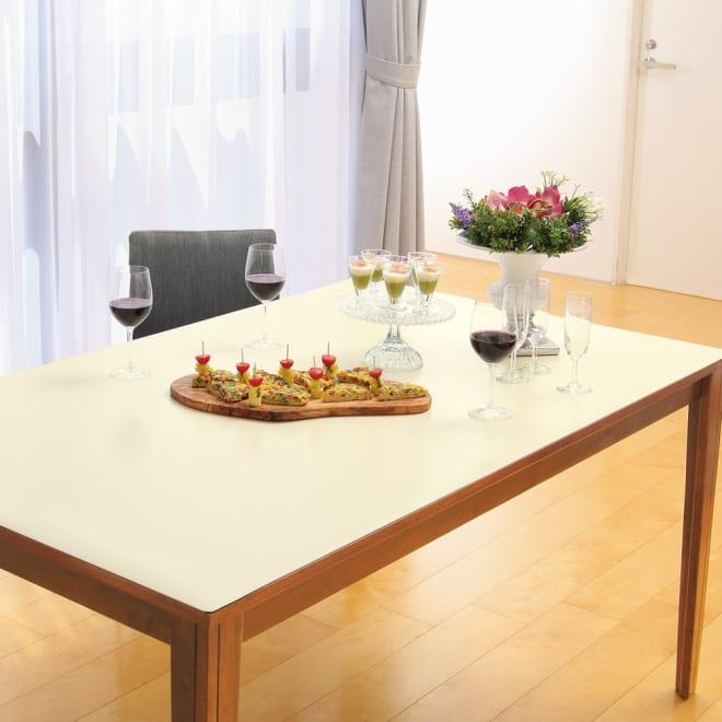 本革調テーブルマット 幅90cm(オーダーカット) (ウ)アイボリー 汚れが気になるアイボリー系のカラーでも、これなら安心して使えます。