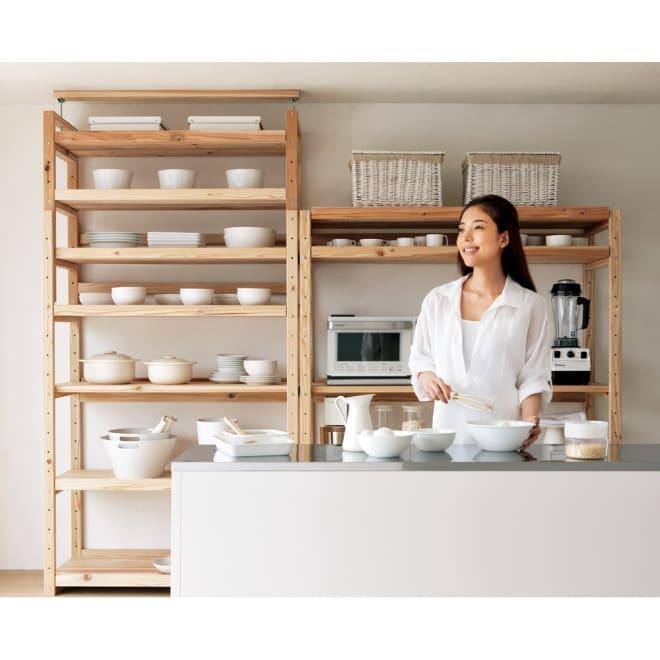 【天井突っ張り対応】国産杉の無垢材キッチン収納 壁面突っ張りラック 幅89奥行51cm 北欧風を感じさせるシンプルなキッチンラック。食器棚としても便利です。(右は同シリーズ突っ張りなしキッチンラックです)