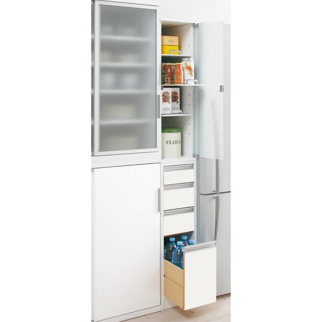 上品な清潔感を演出。 アクリル扉すき間収納 幅15cm・奥行55cm すっきりとした印象のフラットタイプ。 狭いキッチンでは出っ張りがないので◎ スリムな隙間家具ですが、役立つ機能がいっぱいです。 ※写真は奥行55幅25cmタイプです。