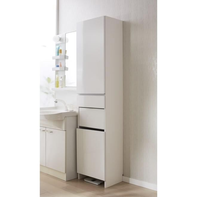 組立不要 洗濯カゴ付き2in1光沢サニタリー収納庫 ハイタイプ 幅43.5cm 洗濯かごとサニタリーチェストが1台になった清潔感あふれるアイデア洗面所収納です。 ※足元には高さ8cmのすき間があり、ヘルスメーターが入ります。