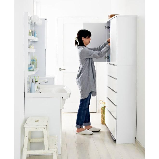 幅・奥行が選べるサニタリーチェスト 幅80・奥行30cm 薄型なので狭い洗面所におすすめです。足元にはヘルスメーターが置けます。(高さ約6cm)
