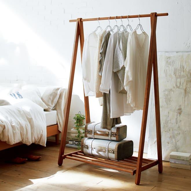 【スリムにたっぷり収納できる】 総耐荷重約50kg 天然木A型ハンガー 幅118cm 寝室に置いてもリラックス感のある木製ハンガーラック。木製なのにたっぷり掛けられる頑丈さがポイントです。