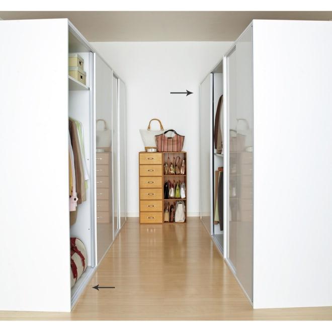光沢仕上げ 引き戸ロッカー 幅150cm 前面は光沢仕上げで清潔感たっぷりです。シンプルな衣類の大量収納をお探しの方におすすめです。