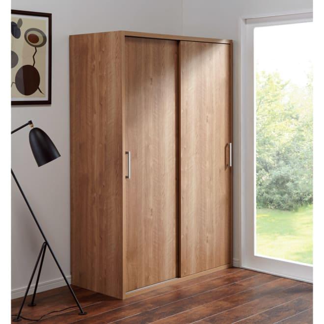 天然木調 引き戸クローゼットハンガー 幅120cm (イ)ブラウン やさしい雰囲気のワードローブ。引き戸で扉が前に出ないので省スペースにお使いいただけます。