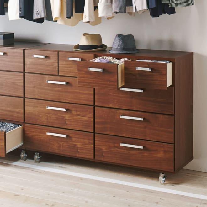 キャスター付きモダンクローゼットチェスト 4段・幅120cm コーディネート例(ウ)ブラウン ウォルナットのような木目が美しいコート紙を使用しております。