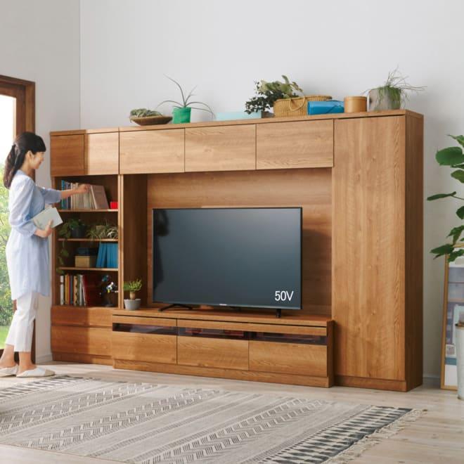 天然木調テレビ台ハイバックシリーズ テレビ台・幅159.5奥行45cm コーディネート例(ア)ブラウン ※お届けはテレビ台・幅159.5cmです。 ※写真のモデル身長160cm