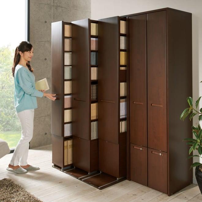 本格派 スライド収納書棚 幅狭 2列 幅55cm 使用イメージ:(ア)ブラウン ※お届けは手前の書棚・幅狭2列タイプです。 ※写真のモデル身長:160cm
