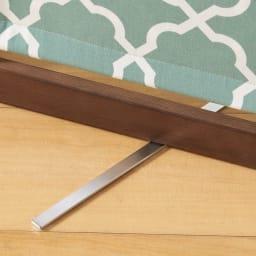 物干しになるパーテーション 3連 転倒防止のプレートがスライドして出てきます。