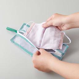 そのまま干せる! マスク専用 型崩れ防止 洗濯ネット 中央にファスナーがついているので、薄手のマスクも出し入れスムーズ