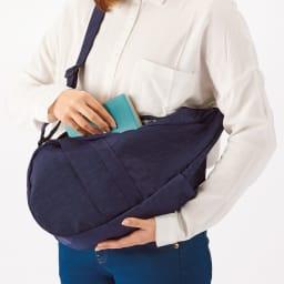ヘルシーバックバッグ テクスチャードナイロン Sサイズ ぐるっと前に回せば、肩にかけたままでも出し入れが可能。