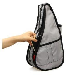 ヘルシーバックバッグ テクスチャードナイロン Sサイズ [内側] (ひっくり返した状態で撮影) つまみが赤いファスナー部分はクッションポケット。タブレットの収納にぴったり