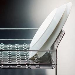 ハナウタ 皿を縦にも横にも置ける水切り ロングタイプ 側面が広がっているので、皿が直角でなく斜めに立ちます。倒れる心配が少ない構造。