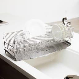 ハナウタ 皿を縦にも横にも置ける水切り ロングタイプ 奥行が57cmあるのでシンクをまたいで設置することができます。