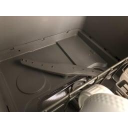 【ディノス先行販売】水栓工事のいらない食器洗浄乾燥機 販路限定カラー 庫内底部の水の噴射口。このノズルが回転しながら水を吹き出し、まんべんなく庫内の隅々まで水をいきわたらせます。洗い残しを残さず汚れを洗い流します。