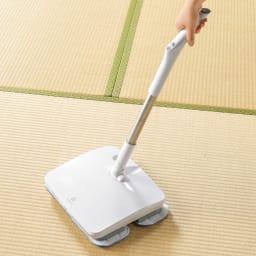 コードレス電動モップ(水スプレー機能付き) 柄の長さは調節可能。短くして和室の掃除にも。