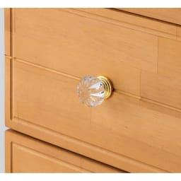 フェミニンチェストキャスター付 [素材アップ](イ)ナチュラル 前面には溝のような細工をあしらい、クリスタル調の取っ手を使用。